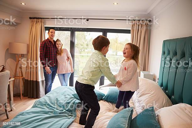 Family on vacation with children playing on hotel bed picture id524162768?b=1&k=6&m=524162768&s=612x612&h=0tidjjwv n4qqw1imykk41zvur lxuwg3hz27p7ykaa=