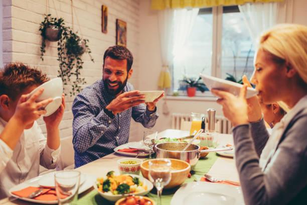 familie am wochenende luch zu hause - gesundheit zu hause stock-fotos und bilder