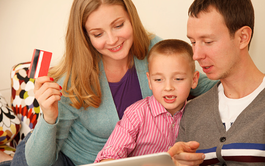 871175856 istock photo Family online shopping 525435715