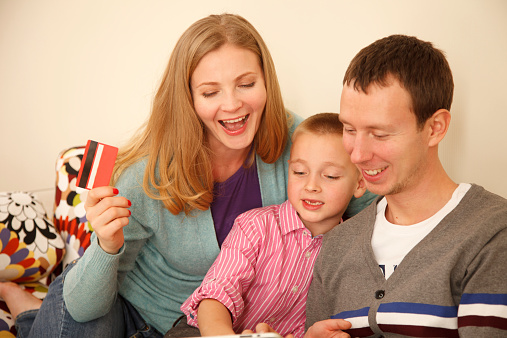 871175856 istock photo Family online shopping 525435719