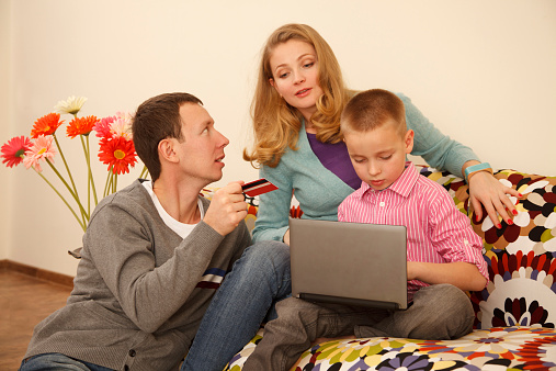 871175856 istock photo Family online shopping 525435721