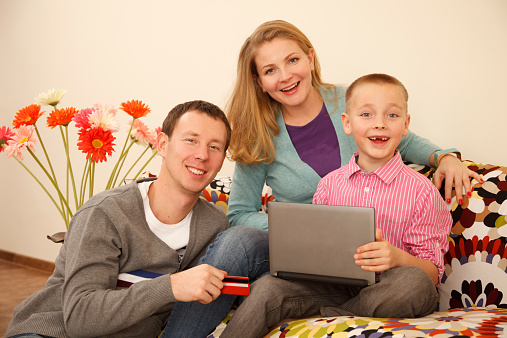 871175856 istock photo Family online shopping 525435723