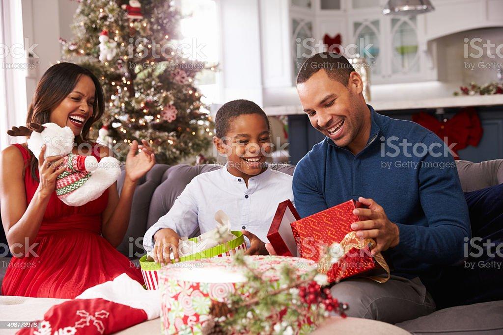 Famille ouverture Noël présente à la maison ensemble - Photo