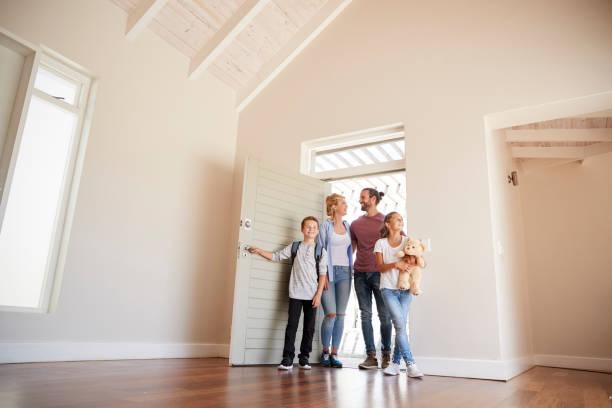 ouverture de porte et la marche dans le salon vide de nouvelle maison famille - ouvrir photos et images de collection