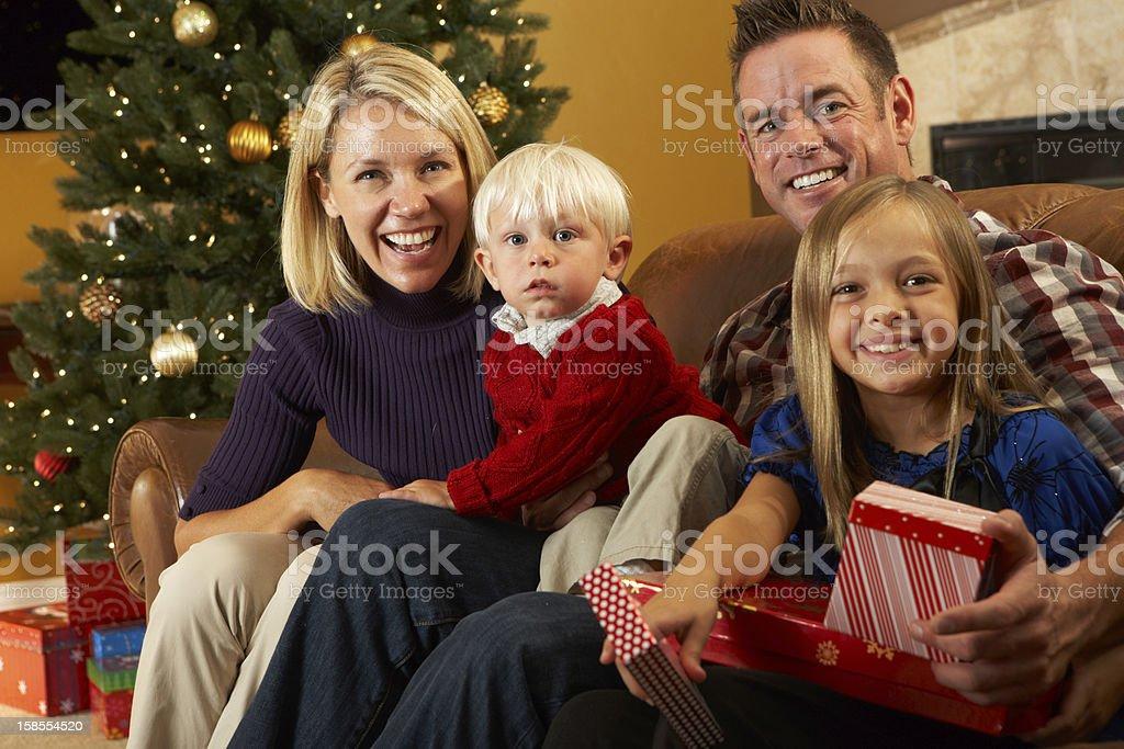 부품군 문열기 는 앞에서 크리스마스 트리 royalty-free 스톡 사진