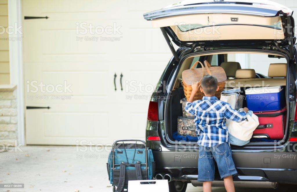 Familie packs auto voor de zomervakantie. foto