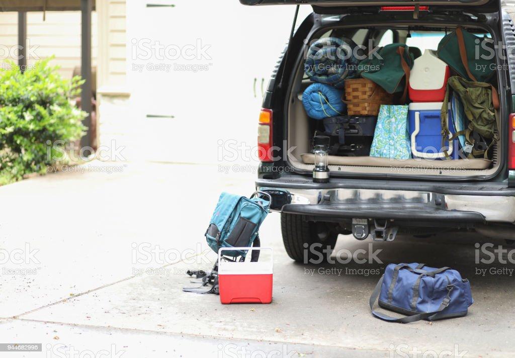 Haushaltspackungen Fahrzeug für Herbst Urlaubsreise. – Foto