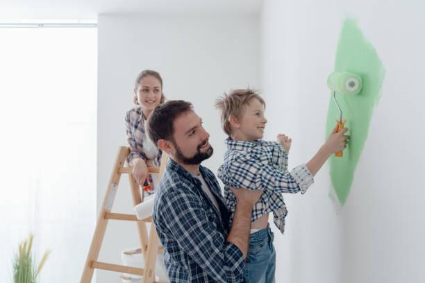 familie gemeinsam einen raum zu malen - kinderzimmer wand stock-fotos und bilder