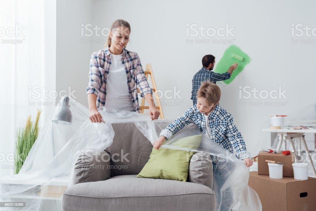 Family painting their home foto de stock libre de derechos