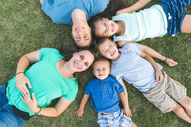 familienfoto vor! - sommerfest kindergarten stock-fotos und bilder