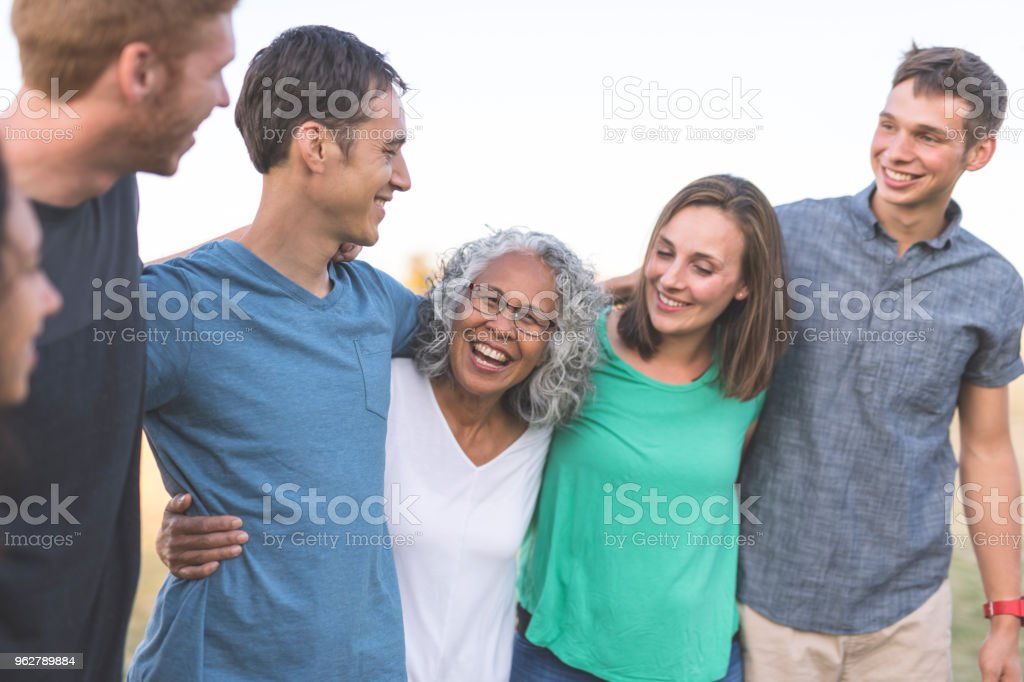 Family Photo Outside! - Foto stock royalty-free di Abbigliamento casual