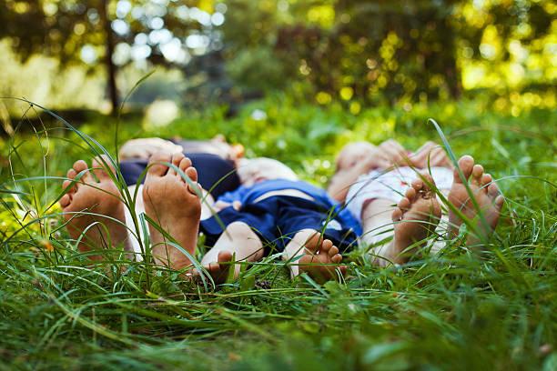 familie - kinder picknick spiele stock-fotos und bilder