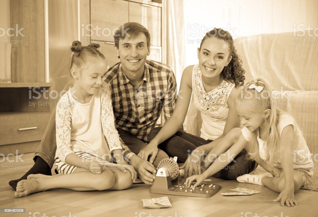 Família joga no lotto jogo - foto de acervo