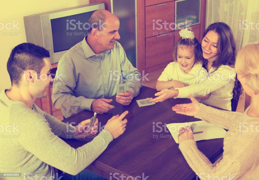 Família joga em bridge - foto de acervo