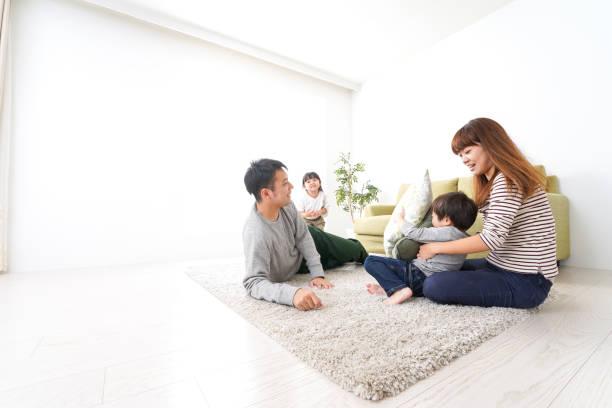 家庭で遊ぶ家族 ストックフォト