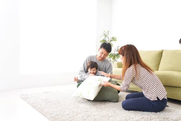 家庭で遊ぶ家族 - ライフスタイル ストックフォトと画像