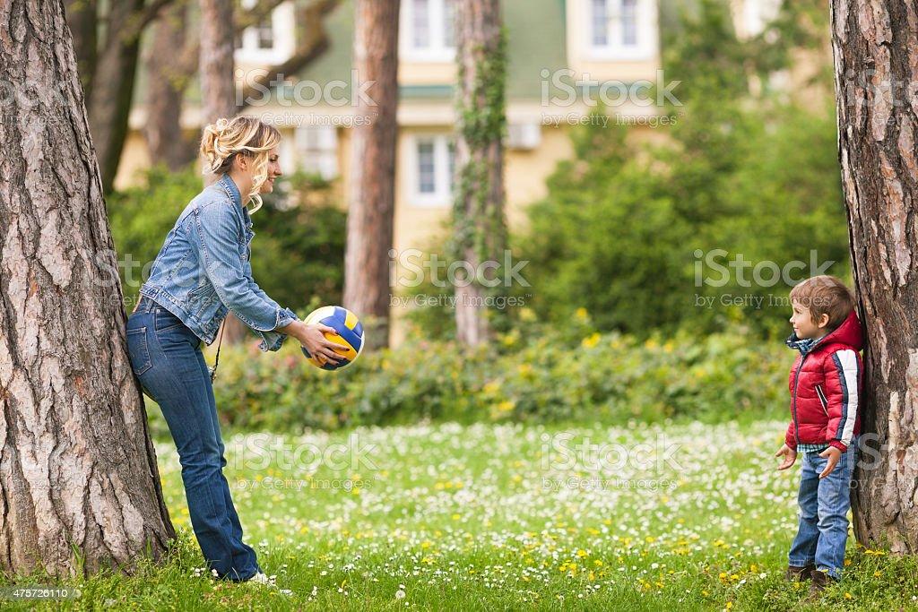 Famille, jouer au ballon dans un parc - Photo