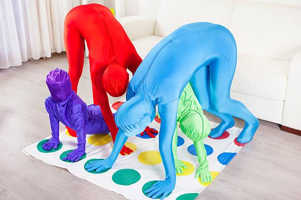 familie spielen etage spiel. - morphsuit stock-fotos und bilder