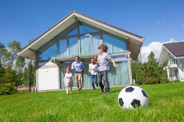 Famille jouant au football - Photo