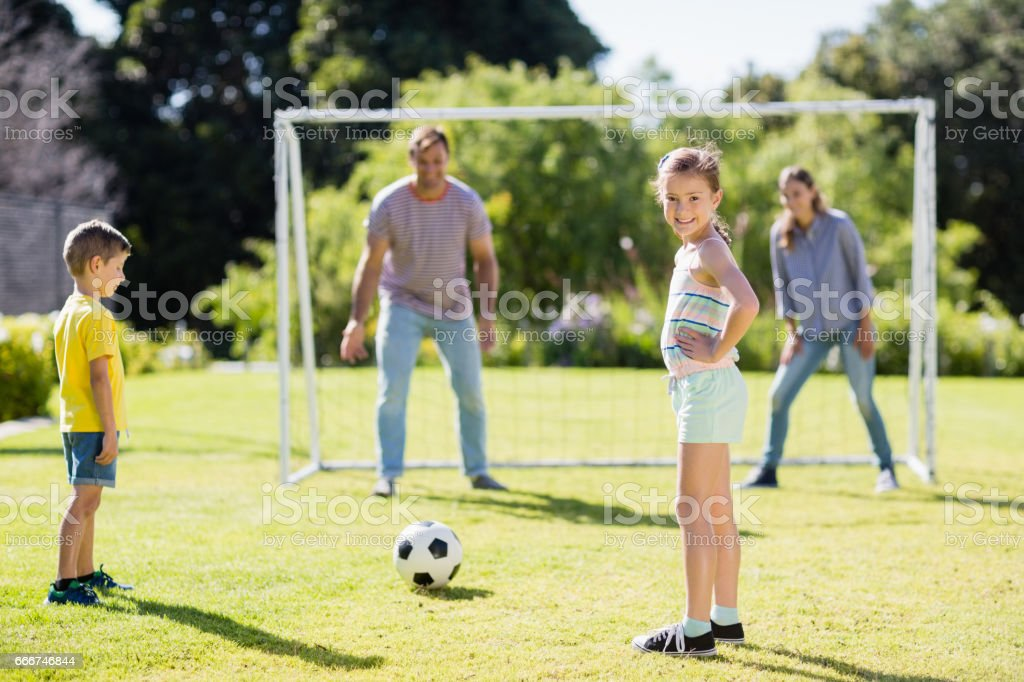 Family playing football together at the park foto stock royalty-free