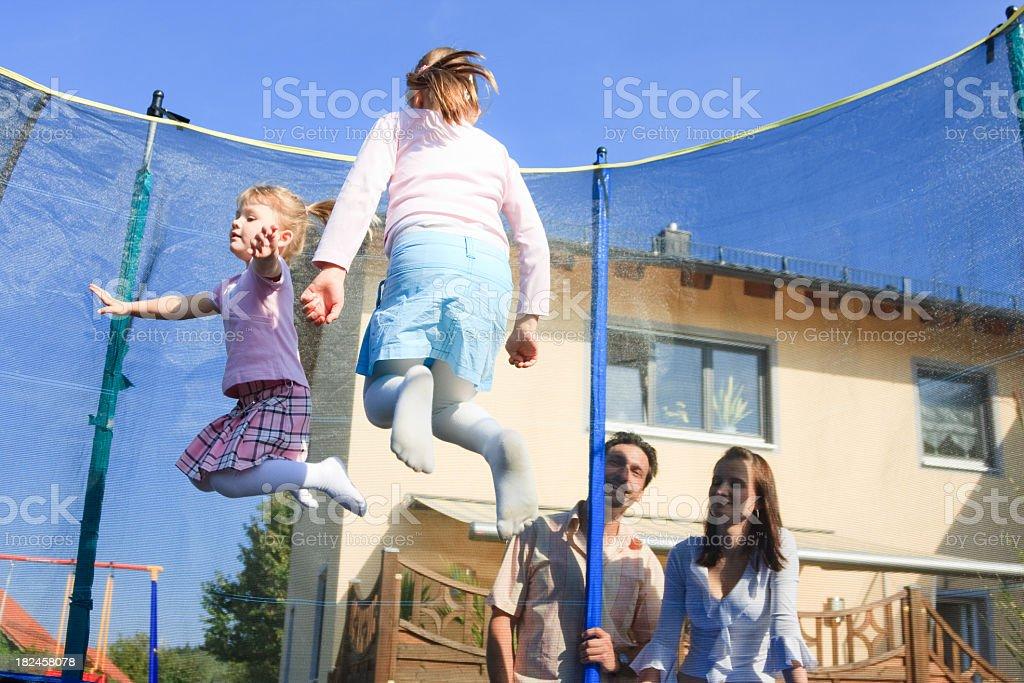 Família jogando no jardim foto royalty-free