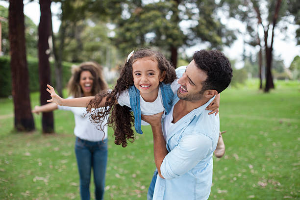 family playing in the park - source naturelle photos et images de collection