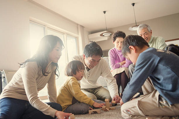 Familia jugando juntos en casa - foto de stock