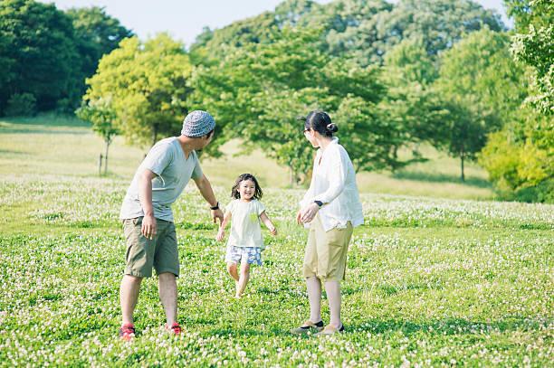 ご家族でご一緒に公園 - 母娘 笑顔 日本人 ストックフォトと画像
