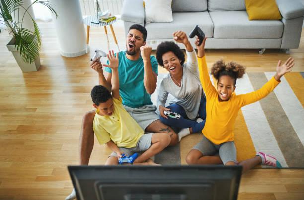 Familie spielt Videospiele zu Hause während der Coronavirus Quarantäne. – Foto