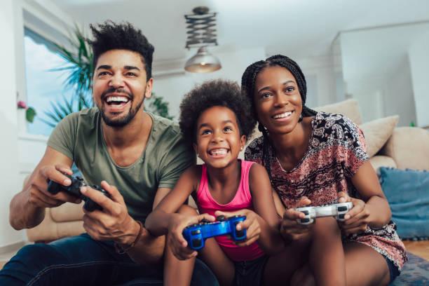 familie samen spelen van videospellen - gaming stockfoto's en -beelden