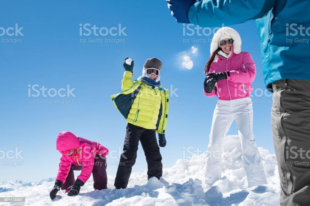 Famille, jouer avec des boules de neige - Photo