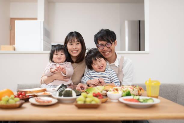 ダイニングルームでの家族の肖像 ストックフォト