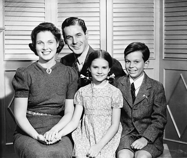 ご家族でポーズをとるよう、お子様(8 ~9 )(10 ~11 )(b &w )、ポートレート - 1930~1939年 ストックフォトと画像