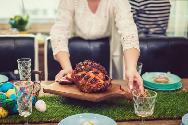 Familie bereitet Esstisch für Ostern vor – Foto