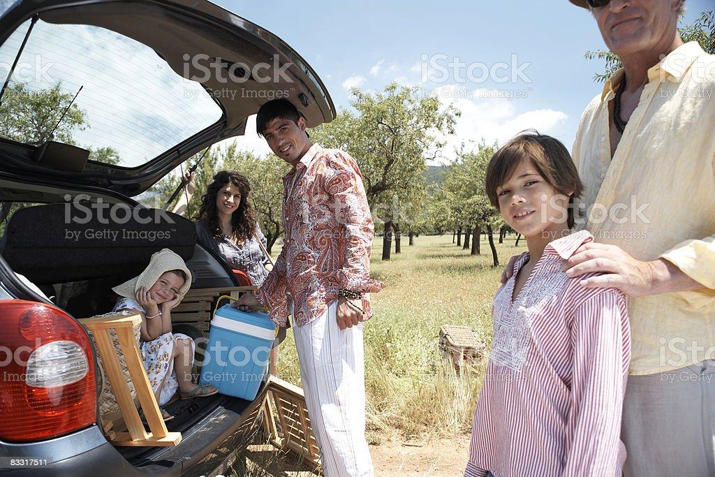 Rodzina Przygotowanie na piknik zbiór zdjęć royalty-free