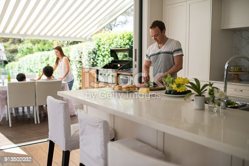 istock Family preparing lunch 913502032
