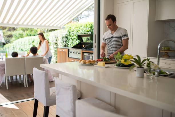 familie mittagessen vorbereiten - outdoor esszimmer stock-fotos und bilder