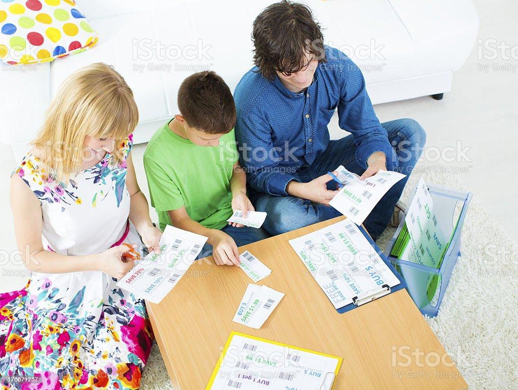 Familia preparando de cupones. foto de stock libre de derechos
