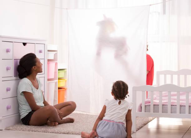 familie puppet showtime. - pferde schlafzimmer stock-fotos und bilder