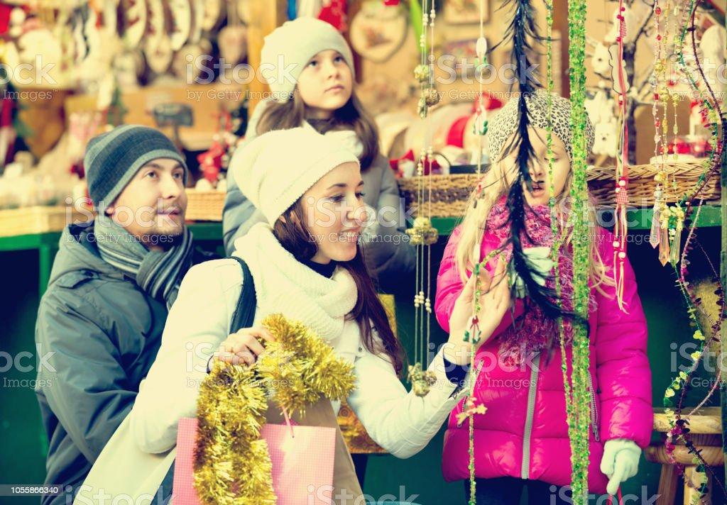 Família comprando lembranças e decoração de Natal - foto de acervo