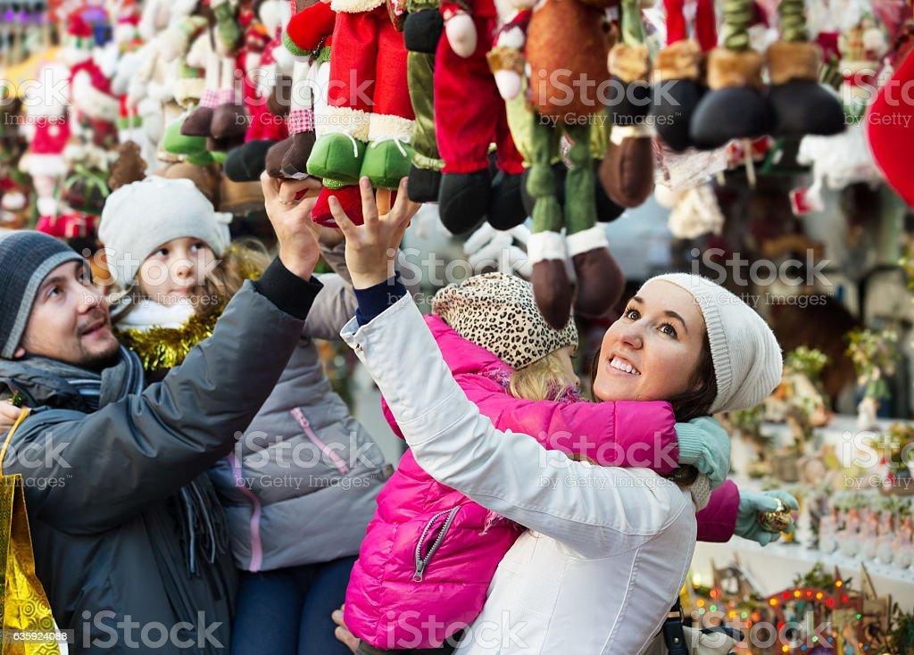 Família comprando Decoração de Natal e lembranças - foto de acervo