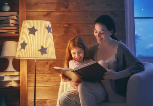 famille lecture heure du coucher. - lampe électrique photos et images de collection