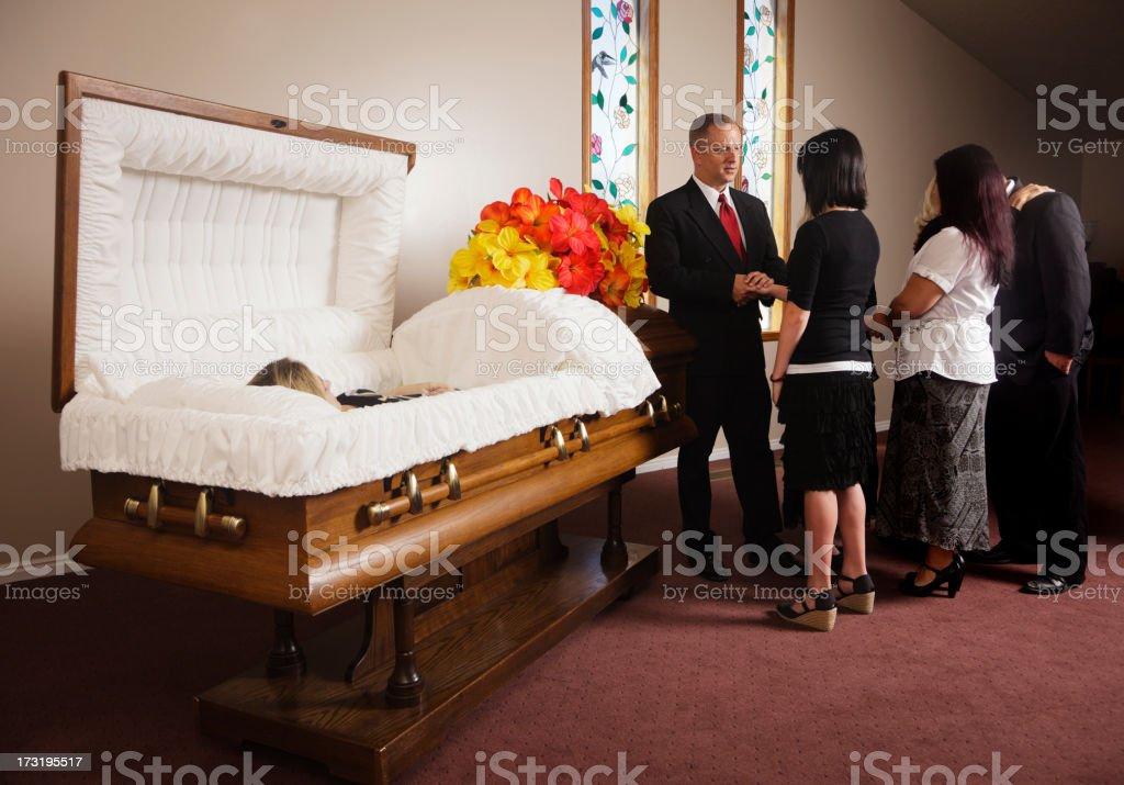 Familie empfangen Gäste bei einer Beerdigung – Foto