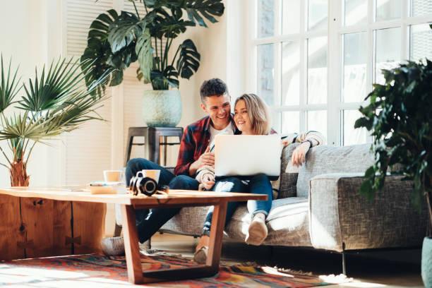 Familiären Bindungen. Glückliches Paar zu Hause auf der couch – Foto