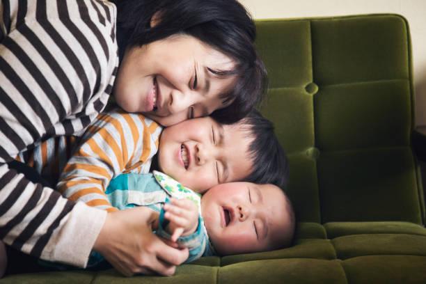 家族は家でゆっくり - 兄弟 ストックフォトと画像