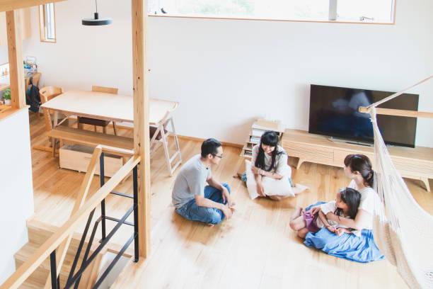 リビングルームでリラックスした家族 - 家族 日本人 ストックフォトと画像