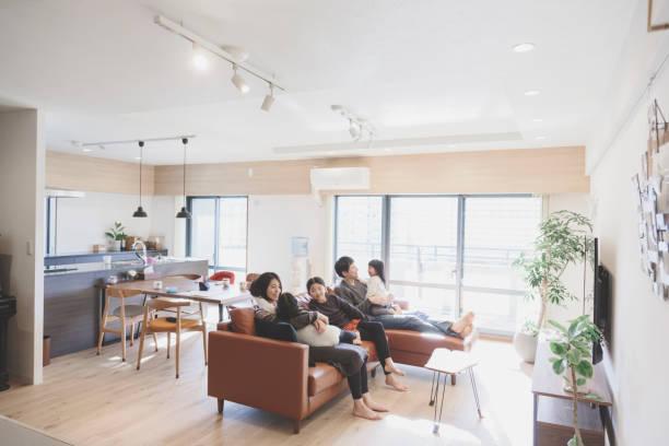自宅のソファでリラックスした家族 - 家族 日本人 ストックフォトと画像