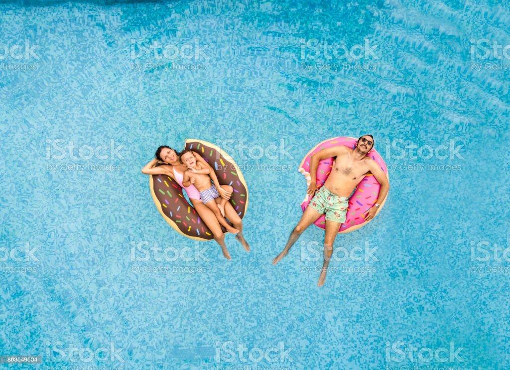Famille de détente à la piscine - Photo