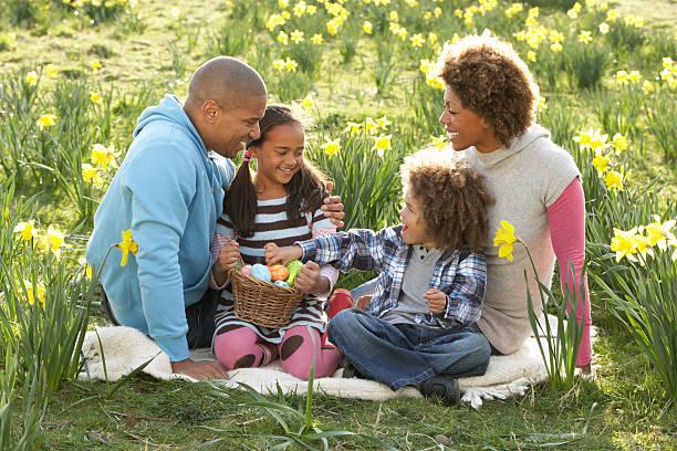 família relaxante em campo de primavera narcisos - familia pascoa - fotografias e filmes do acervo