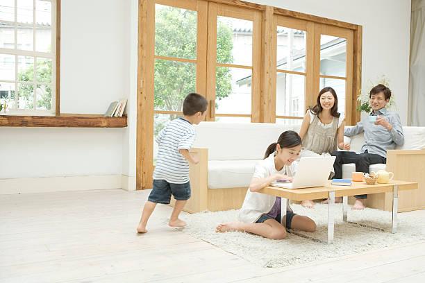 ご家族とのリラックスした雰囲気のリビングルーム - 家族 日本人 ストックフォトと画像